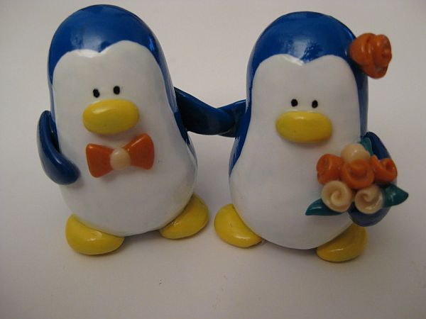 DIY Cute penguins wedding cake topper
