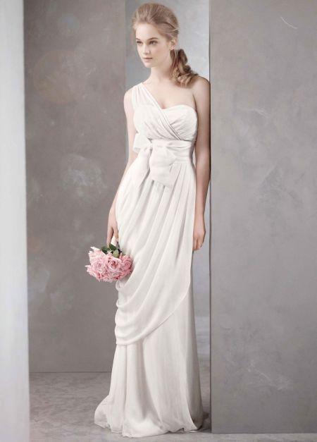 Свадебное платье из коллекции White от Vera Wang в греческом стиле на одно плечо с асимметрично задрапированной юбкой