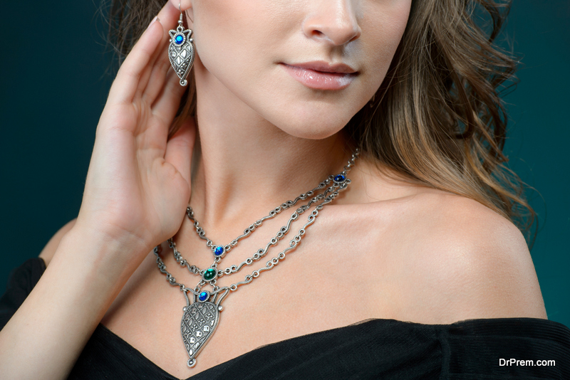 Selecting a wedding necklace